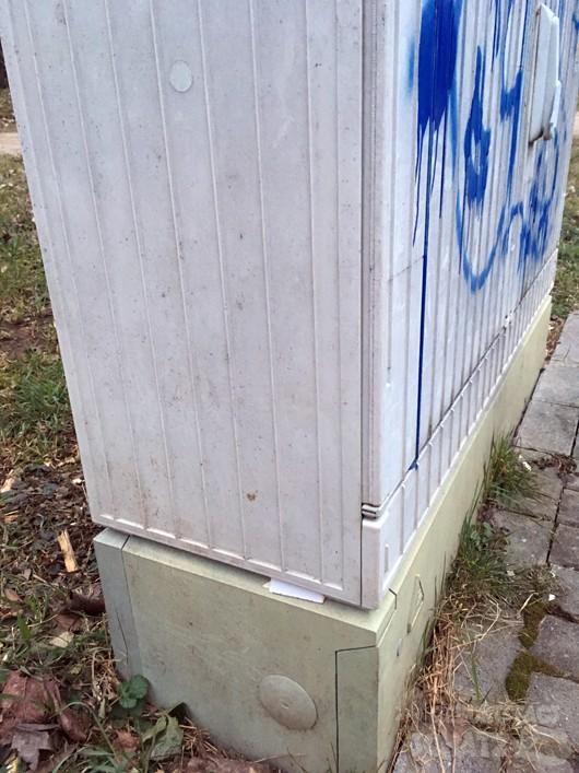 Hinweis-Zettel versteckt im Verteilerkasten