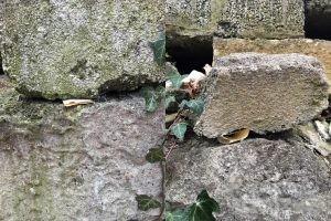 Hinweis-Zettelversteckt in Bruchsteinmauer