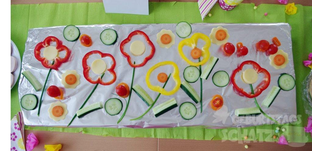 einfache Blumenwiese aus Paprika, Gurke, Käse, Schnittlauch, Karotten.