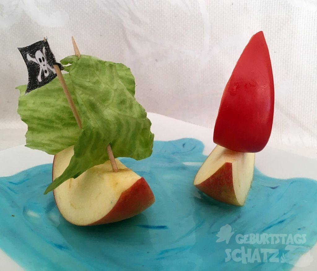 Piratenschiffe aus Apfel mit Paprika und Salatsegeln.