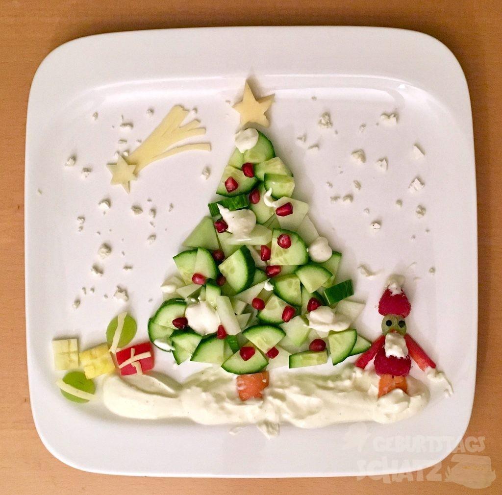Salatgurken-Weihnachtsbaum mit Granatpfelkern-Kugeln.