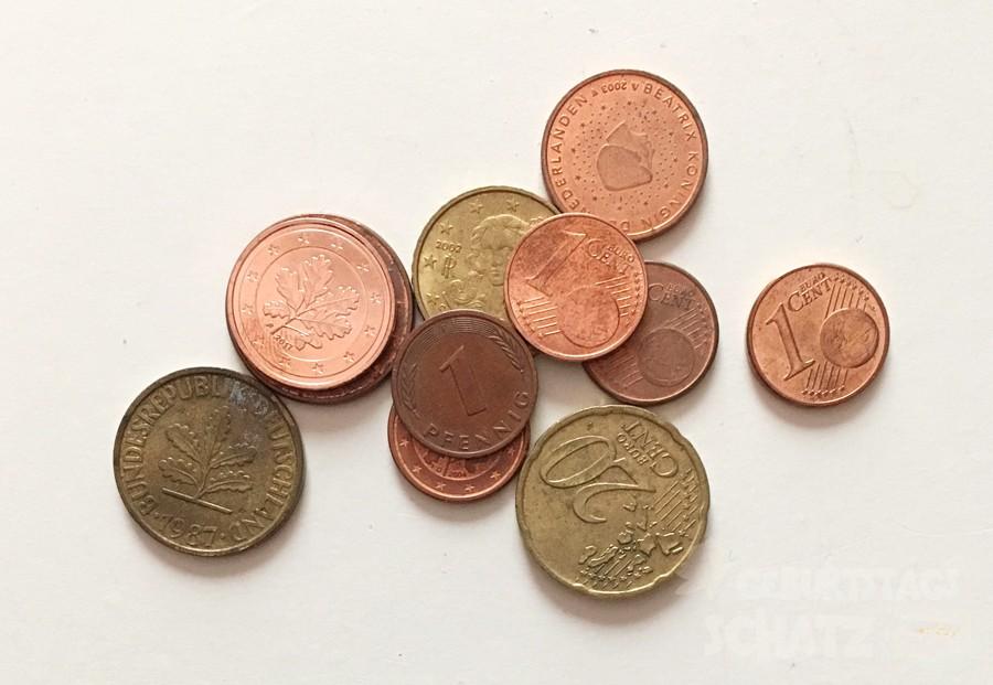 kleiner Haufen aus Cent- und Pfennig-Muenzen.