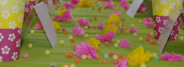 bunte Tischdeko aus Kreppblumen