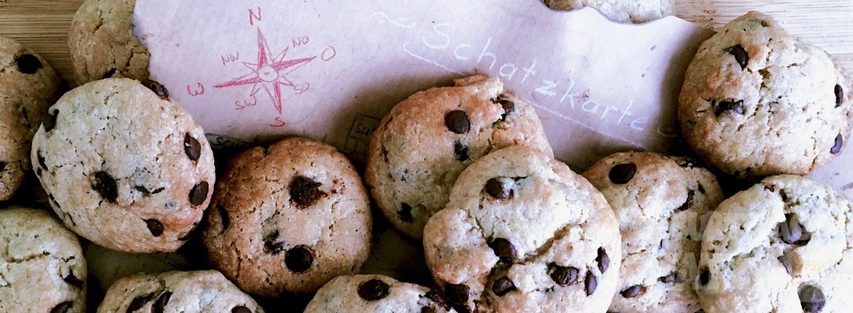 Schokoladen-Cookies liegen auf einer Schatzkarte