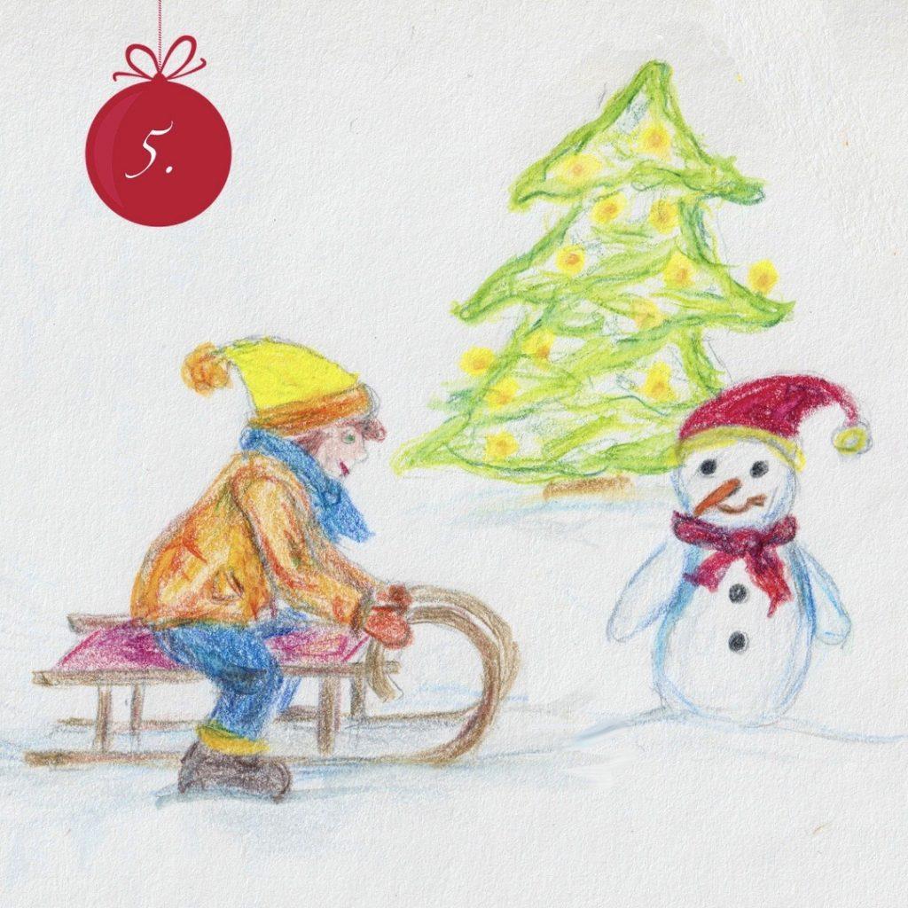 Eine Buntstift-Zeichnung von einem Kind auf einem Schlitten, rechts daneben ein Schneemann mit roter Mütze und Schal. Im Hintergrund eine Tannenbaum mit leuchtenden Lichtern. Oben links eine dunkelrote Christbaumkugel-Grafik mit einer weißen 5.