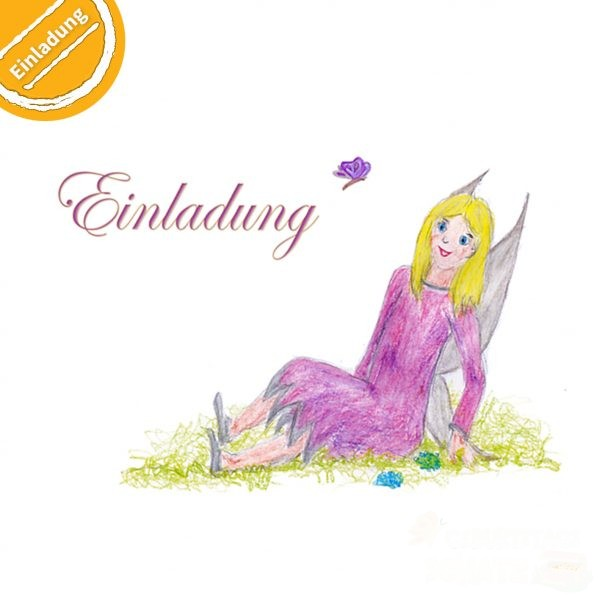 """Buntstift-Illustration: Fee sitzt im Gras. Über dem Wort """"Einladung"""" fliegt ein kleiner Schmetterling. Symbol oben links: Halber Kreis mit Text """"Einladung""""."""
