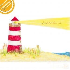 """Buntstift-Illustration: Leuchtturm am Strand. Er leuchtet über das Meer, im Lichtstrahl steht """"Einladung"""". Symbol oben links: Halber Kreis mit Text """"Einladung""""."""