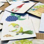 Ein Haufen von selbstgebastelten Memorykarten mit Wichtel-Illestrationen.